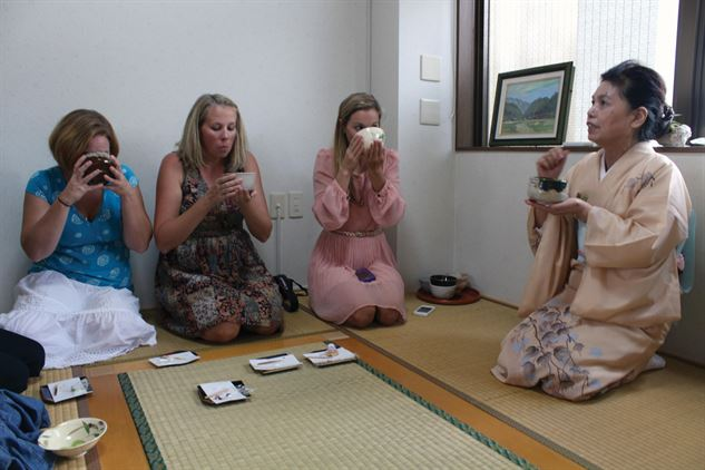 History of Tea Ceremony - 5Ws 1H answered, photo, picture, illustration, image, teacher teaching students, japanese tea ceremony