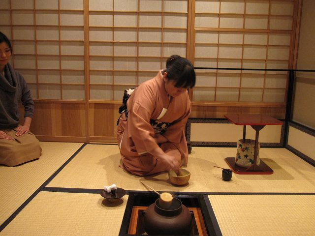 History of Tea Ceremony - 5Ws 1H answered, photo, picture, illustration, image, tatami floor, girl preparing tea