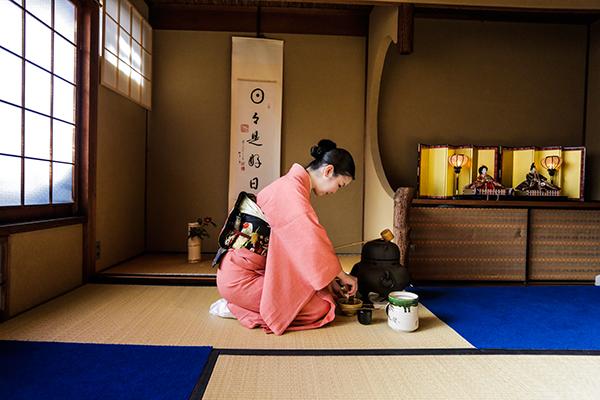 History of Tea Ceremony - 5Ws 1H answered, photo, image, picture, illustration, tatami floor, room, kimono, girl preparing tea